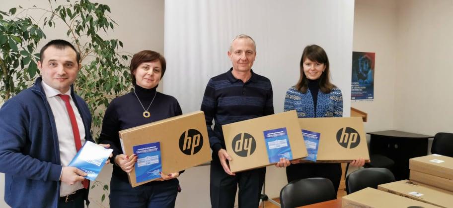 Profesorii Facultății de Calculatoare, Informatică și Microelectronică a UTM au primit laptopuri pentru muncă și dedicație