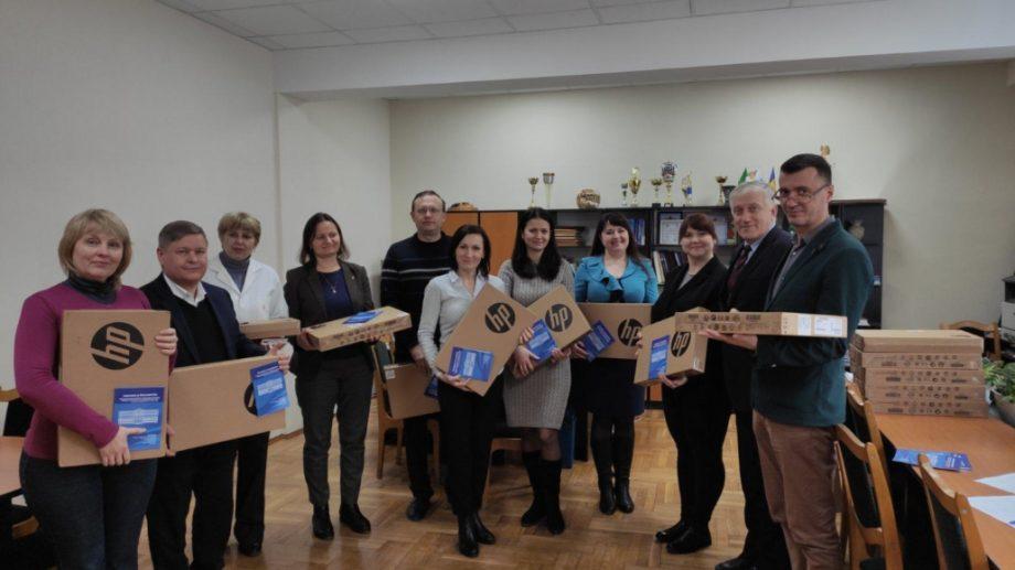 Profesorii de la Facultatea Tehnologia Alimentelor a UTM au primit laptopuri pentru muncă și dedicație de la rector