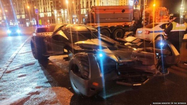 """(video) Un """"Batmobil"""" a fost evacuat de pe o stradă din Moscova. Polițiștii au afirmat că vehiculul nu corespunde caracteristicilor pentru a putea circula pe străzile capitalei Rusiei"""