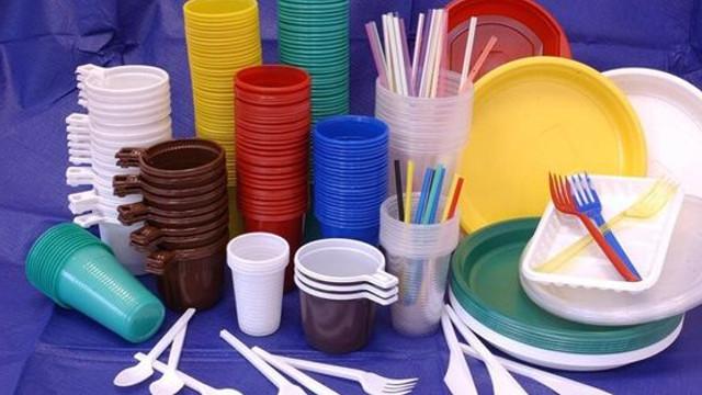 Comercializarea pungilor din plastic, farfuriilor, paharelor, bețișoarelor de unică folosință vor fi sancționate cu amendă de până la 12 mii de lei