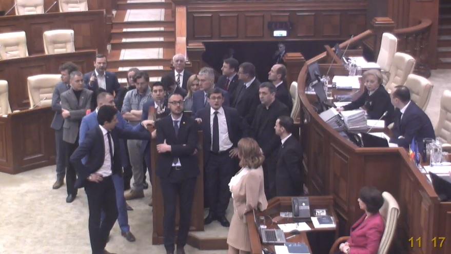 """""""Jos Ciocoi!"""" Mai mulți deputați au blocat tribuna parlamentară"""