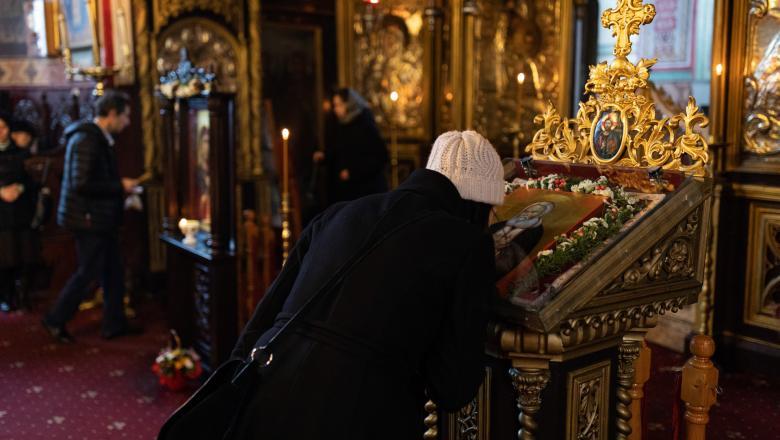 Patriarhia Română recomandă evitarea sărutării icoanelor din biserică, iar oamenii sunt rugați să vină cu propria lingurița pentru a se împărtăși