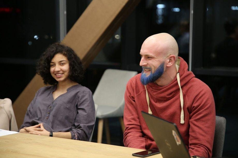 (foto) Un profesor de matematică din Chișinău și-a vopsit barba în albastru pentru a-și onora o promisiune față de elevi
