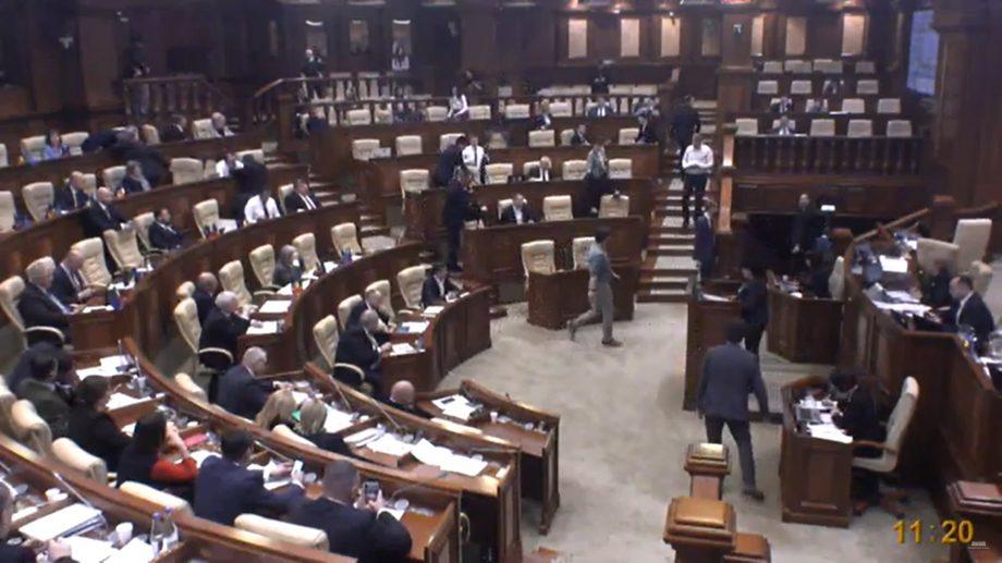 Deputații din PPDA și PAS au părăsit în semn de protest sala de ședințe a parlamentului. Care este motivul