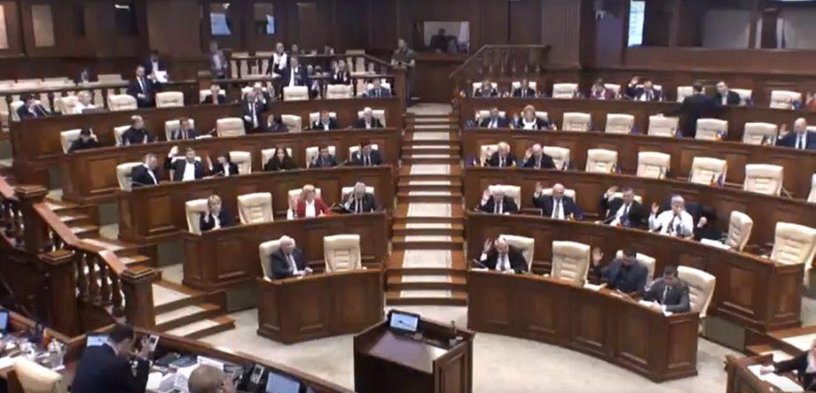 """""""Avem voturi? Nu. Anunță pauză."""" PDM și PSRM au adoptat o lege cu 46 de voturi, în loc de 51"""
