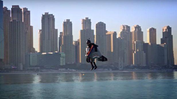 """(video) """"Jetman"""" a realizat în premieră zborul uman 100 % autonom. Acesta s-a ridicat la o înălţime de 1 800 de metri"""