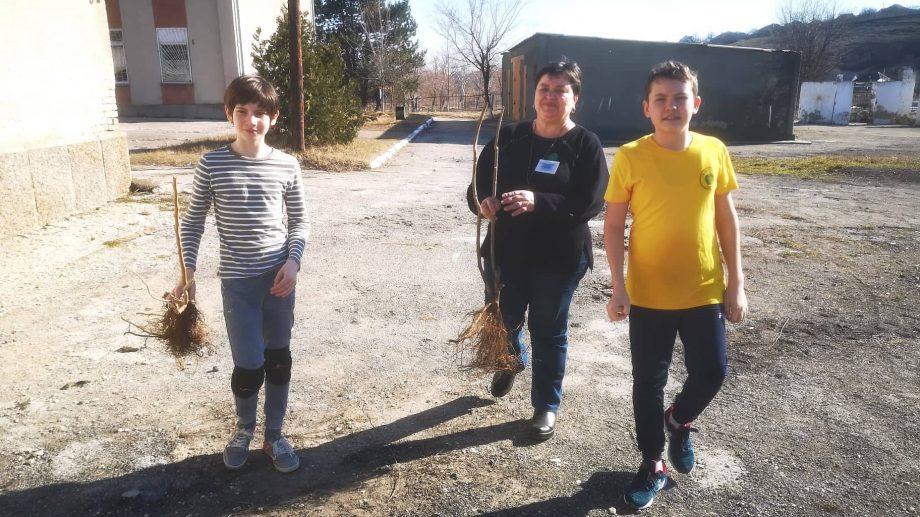 (foto) Elevii liceului din satul Mereni, Anenii Noi, și-au sădit propria livadă în curtea școlii. Își vor strânge prima roadă peste patru ani