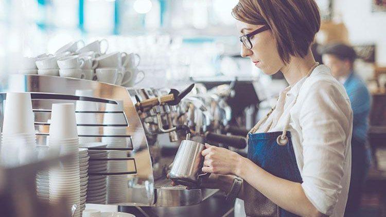 Operator în call-centru, barman sau SMM. Top 10 joburi part-time pentru studenți