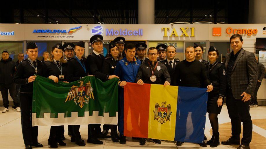 (video) Polițistul de frontieră Mihail Sava, întâmpinat cu muzică de fanfară la aeroport după ce s-a clasat pe locul 3 la Campionatul european de lupte