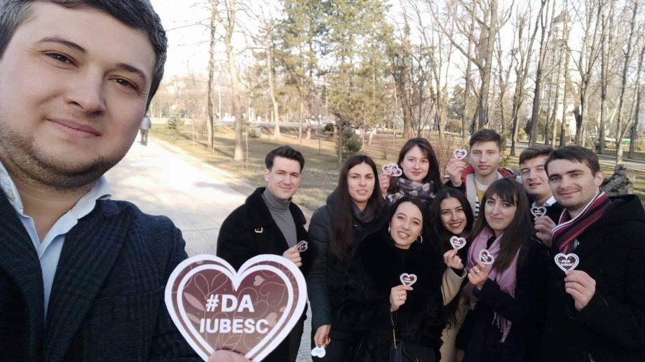 (foto) Cum e văzut Chișinăul iubirii în versiunea tinerilor DA. Inimioară de la bustul lui Vieru la Circ