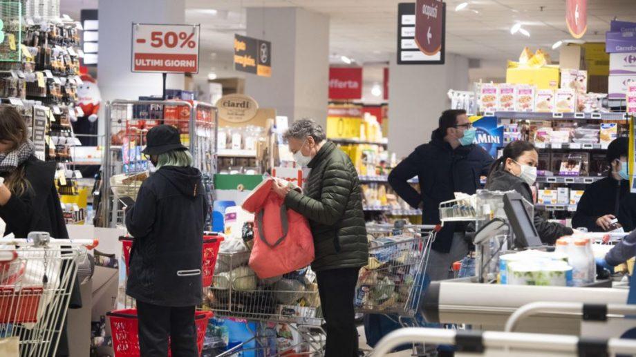 Sfaturile specialiștilor despre cum să vă protejați de infectarea cu COVID-19 în supermarketuri