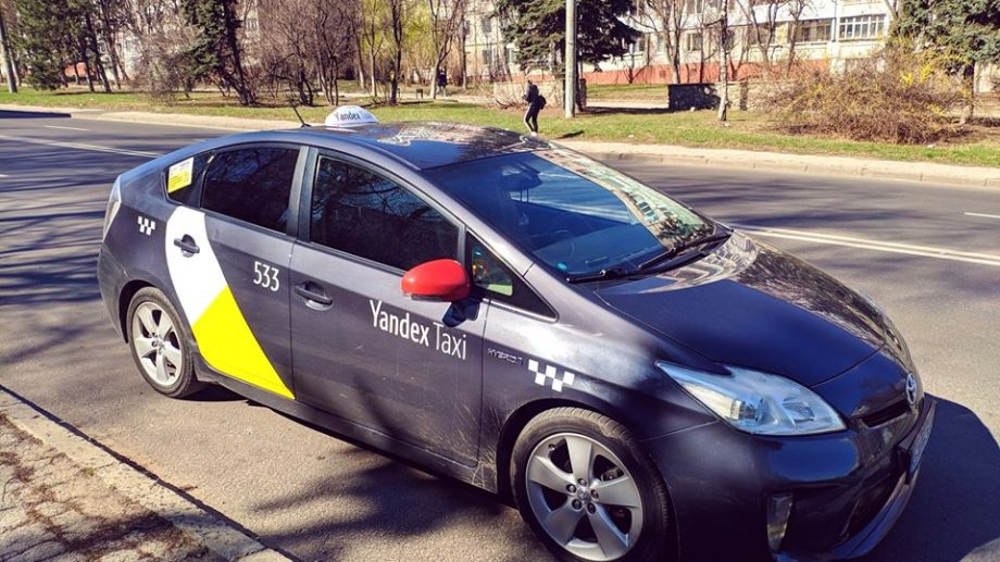 """""""Noi vom învinge!"""" Un șofer de taxi oferă serviciu de transport gratuit pentru medici"""