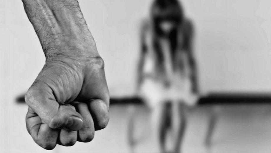 Ministerul Justiției propune ca agresorii familiali să fie monitorizați prin intermediul brățărilor electronice