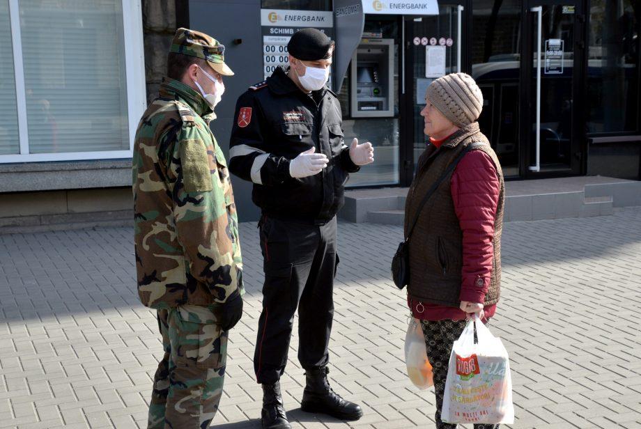 (foto) Militarii armatei naționale și polițiștii patrulează străzile și parcurile localităților din întreaga țară