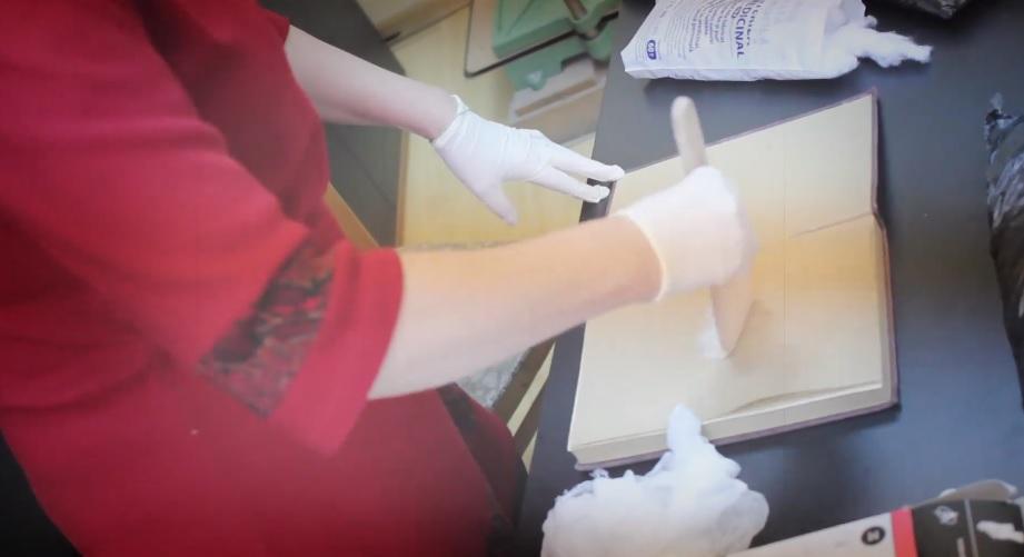"""(video) """"Se curăță fiecare filă."""" Experții de la Biblioteca Națională prezintă procesul de dezinfecție a cărților"""