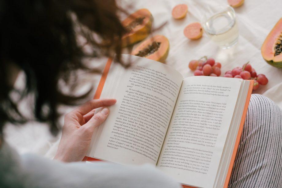 Recomandări din liceu. Trei cărți pe care să le citești cât stai acasă