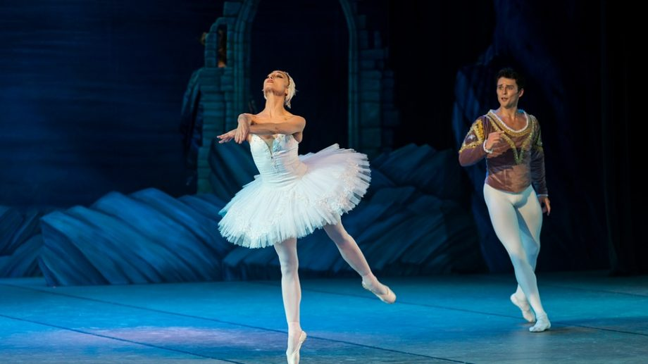 """Te plictisești acasă? Teatrul Național de Operă și Balet """"Maria Bieșu"""" te invită să urmărești """"Lacul Lebedelor"""" online"""