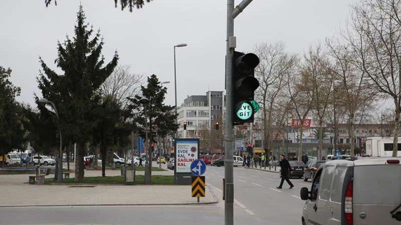 """(foto) """"Rămâneți acasă"""" la culoarea roșie și """"Mergeți acasă"""" la cea verde. Turcia transmite mesaje sociale prin intermediul semafoarelor"""