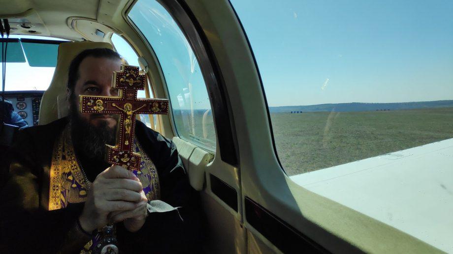 (foto) Binecuvântare din avion. Doi preoți au făcut înconjurul Moldovei cu icoane și moaște pentru a scăpa de COVID-19