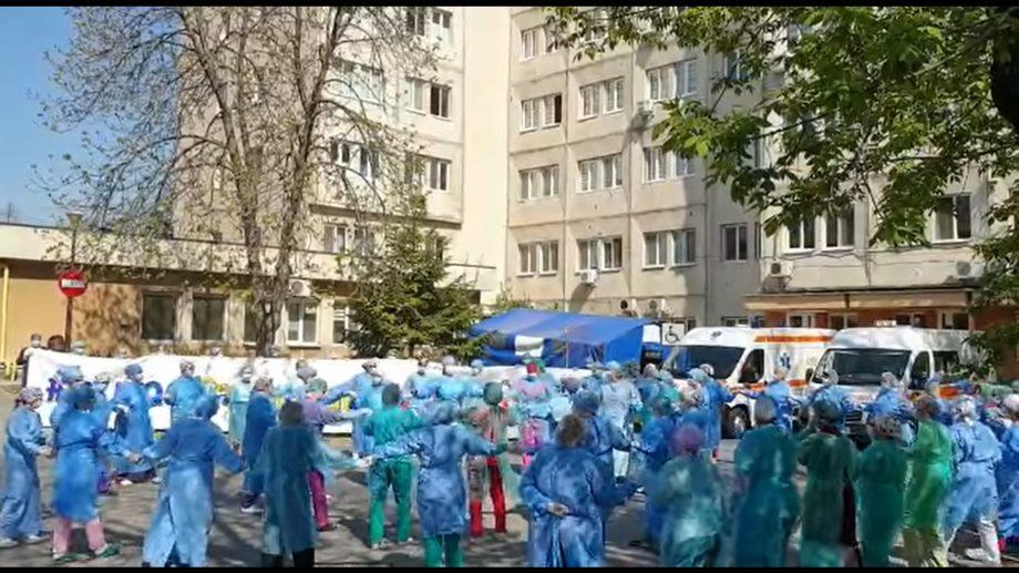 (video) Medicii din Craiova au dansat o horă în cinstea însănătoșirii unui pacient care a învins infecția COVID-19