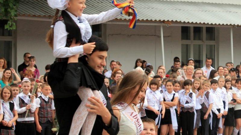 (video) Ministrul educației îi felicită pe elevi și profesori cu ocazia încheierii anilor de studii