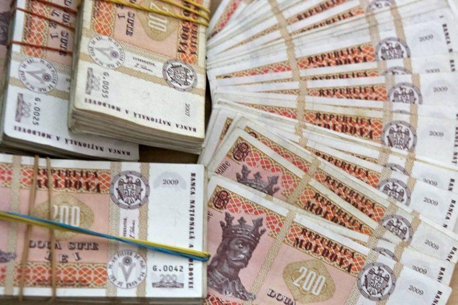 Salariul mediu lunar a scăzut. Cât câștigă moldovenii și în ce domenii se înregistrează cele mai mari venituri