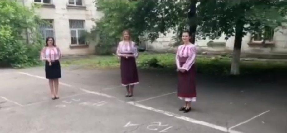 (video) Gest emoționant din partea profesorilor de la liceul Vasile Alecsandri din Chișinău. S-au îmbrăcat în ii și au dat din clopoței pentru a celebra ultimul sunet