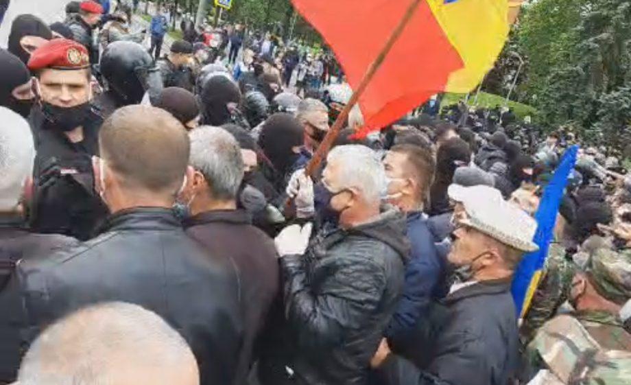 (video) Protest în centrul Capitalei. Îmbrânceli între protestatari și poliție