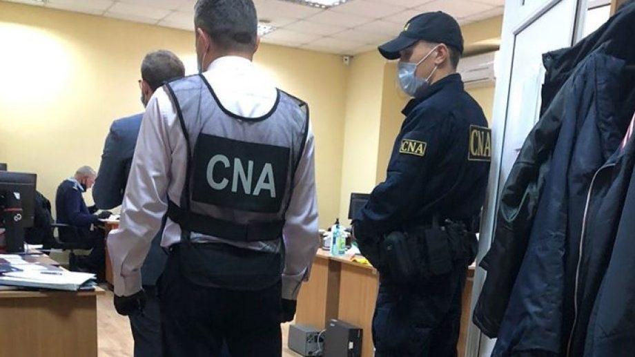Cinci brokeri vamali au fost reţinuţi de CNA pentru un şir de tentative de mituire. Șase vameşi sunt în calitate de bănuiți