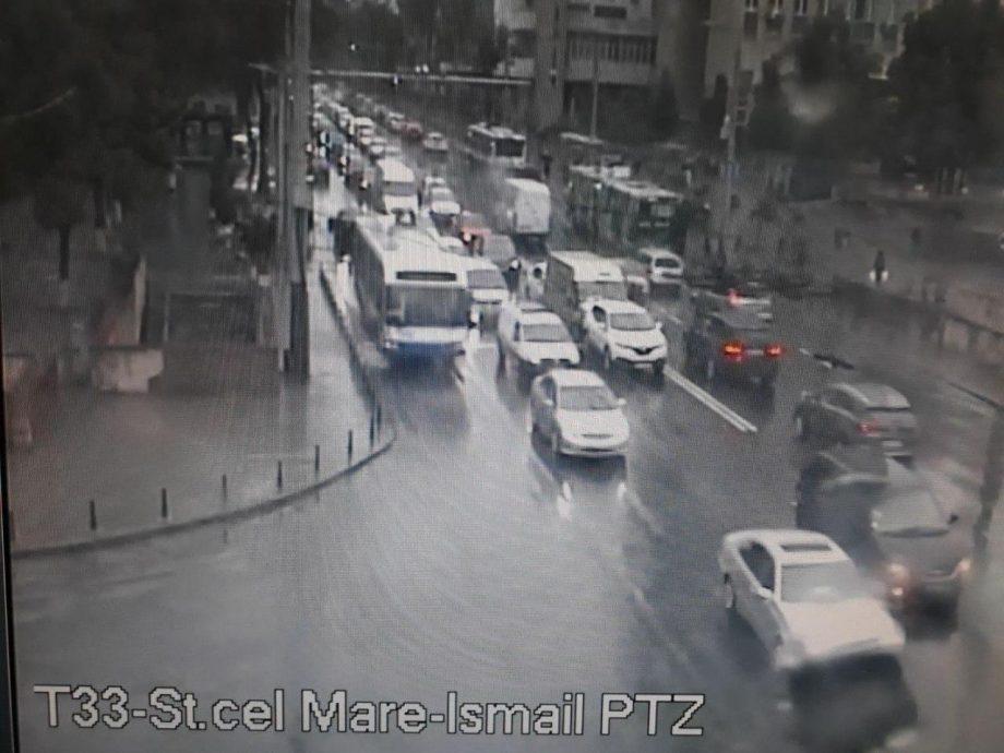 Accident rutier în centrul Chișinăului. Evitați intersecția bulevardului Ștefan cel Mare și Sfânt cu strada Ismail