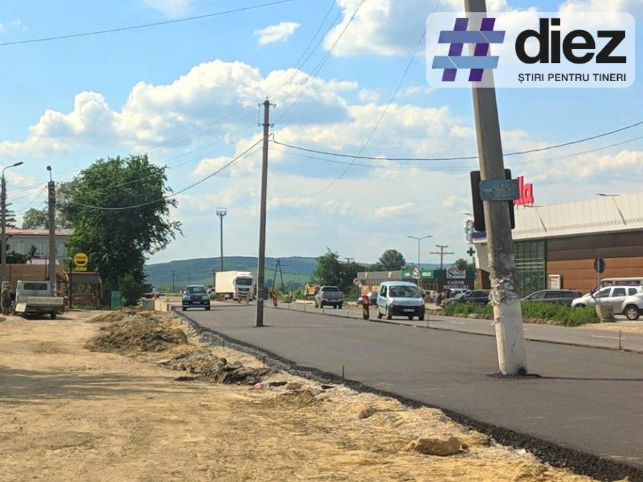 (foto) Nu e o glumă! Imaginea cu asfaltul turnat în jurul pilonilor de electricitate pe traseul național R1 este reală