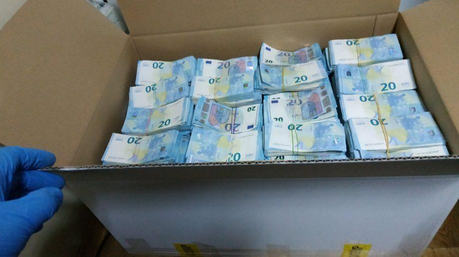 Șoferul care a încercat să introducă ilegal în țară 1,5 milioane de euro este trimis în judecată