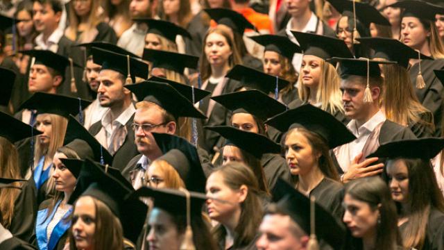 Vești bune pentru studenții absolvenți cu studii la contract. Fracțiunea PAS cere modificarea unui articol din Codul educației