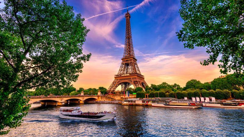 Turnul Eiffel se redeschide cu speranța de a atrage parizienii, în absența turiștilor tradiționali