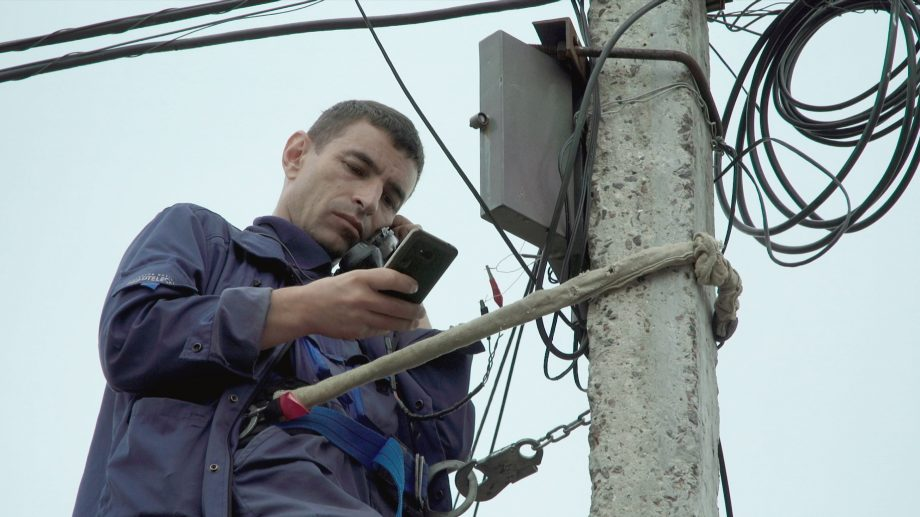 """Regizorul moldovean Pavel Cuzuioc lansează documentarul """"Please hold the line"""". Premiera mondială va avea loc laFestivalul Internațional de Documentare Sheffield"""