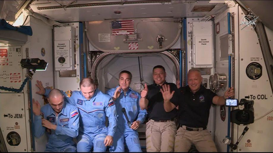 (video) Momentul întâlnirii astronauților misiunii SpaceX cu colegii de pe Stația Spațială Internațională
