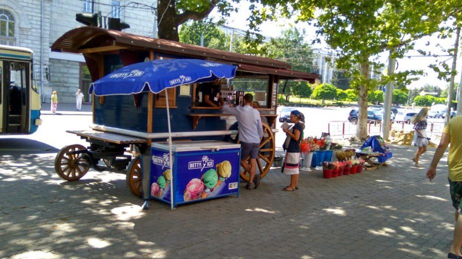 Începând cu ziua de astăzi, în parcurile și grădinile publice din Capitală se va vinde înghețată și băuturi răcoritoare