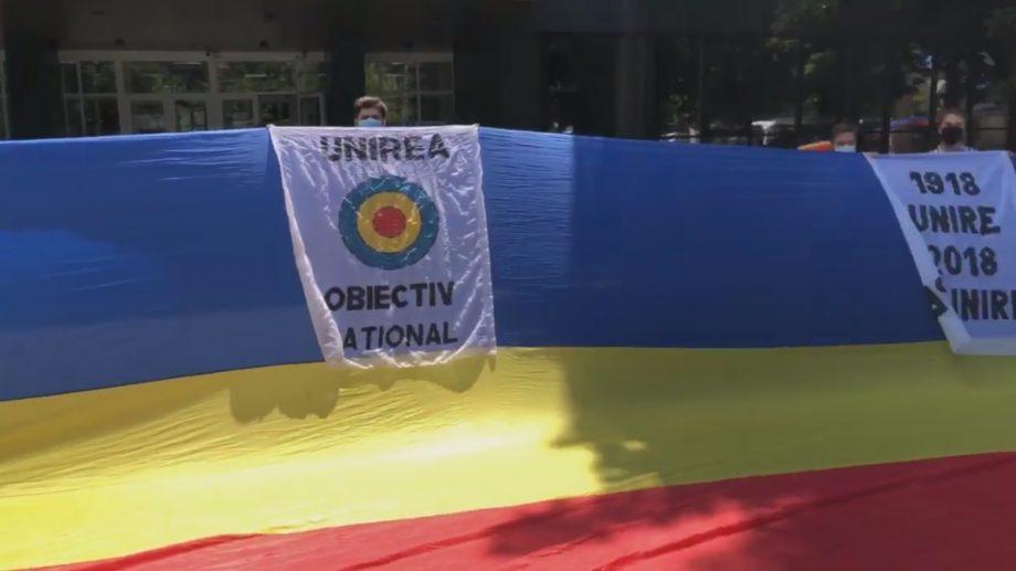 (video) Un drapel de 100 de metri a fost întins în curtea unui liceu din Capitală pentru a marca recunoașterea internațională a României Mari