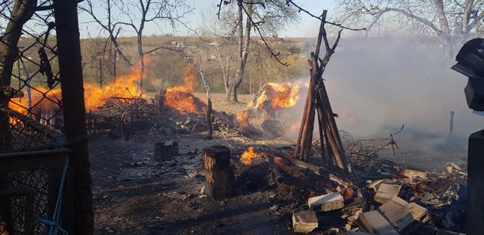 (video) Ce să facem atunci când vecinii dau foc la frunze sau la deșeurile din gospodărie. Un filmuleț explică pe scurt cum să procedăm corect