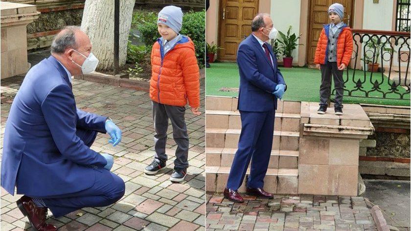 """(foto) Vlad Ciobanu, băiețelul care a cucerit """"Românii au talent"""" și a câștigat 10 000 de euro, a fost invitat la Ambasada României din Moldova"""