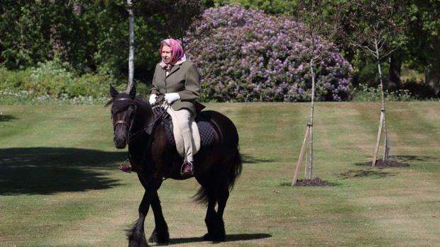 Regina Elisabeta a II-a a sărbătorit ieșirea din izolare printr-o plimbare cu calul