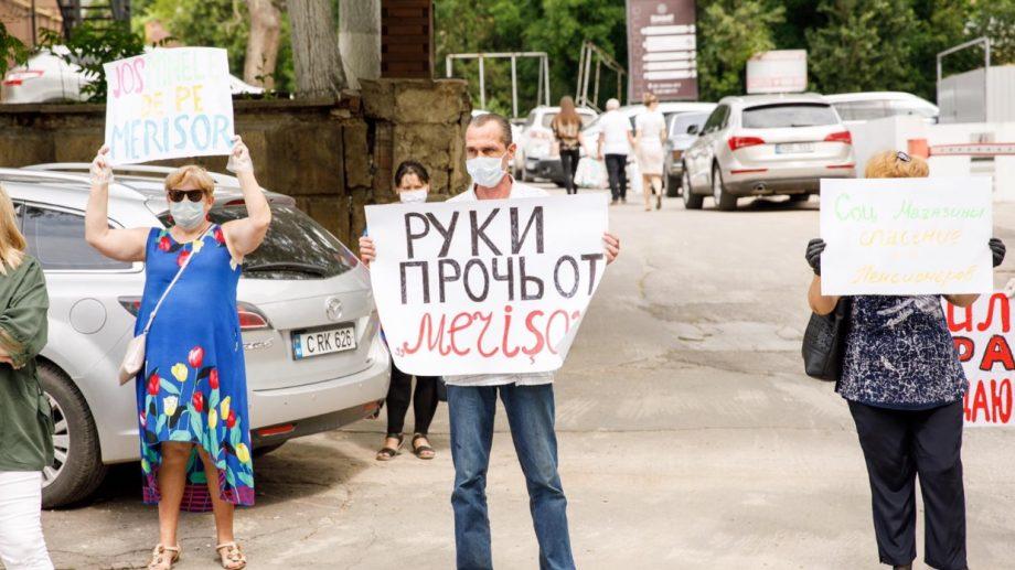 Locuitori din mai multe raioane ale Moldovei protestează împotriva închiderii magazinelor sociale deschise de ȘOR