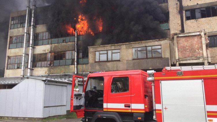 (foto, video) Incendiu de proporții la o întreprindere din Cernăuți. La fața locului s-au deplasat peste 30 de pompieri