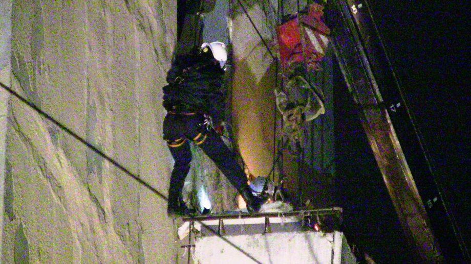 Balustrada unui balcon din capitală risca să cadă în gol. Salvatorii au fost alertați ieri seara