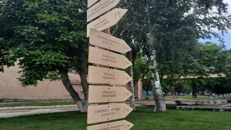 Campusul UTM din sectorul Râșcani întâmpină candidații la studii cu o hartă imensă și indicatoare de direcție