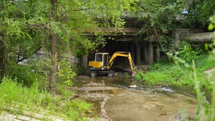 (foto) Doi kilometri ai râului Bâc vor fi curățați. Lucrările costă primăria peste 3,5 milioane de lei