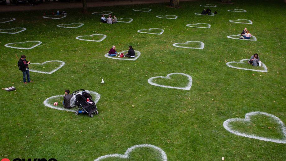 (foto) Idee pentru distanțarea fizică în parcuri. Cum au fost amenajate spațiile verzi într-un oraș din Marea Britanie