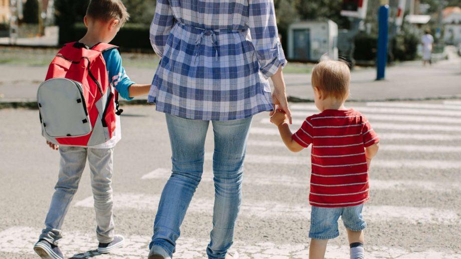 (video) PAS propune compensarea parțială a salariului părintelui care stă acasă cu copiii, în condițiile suspendării activității grădinițelor