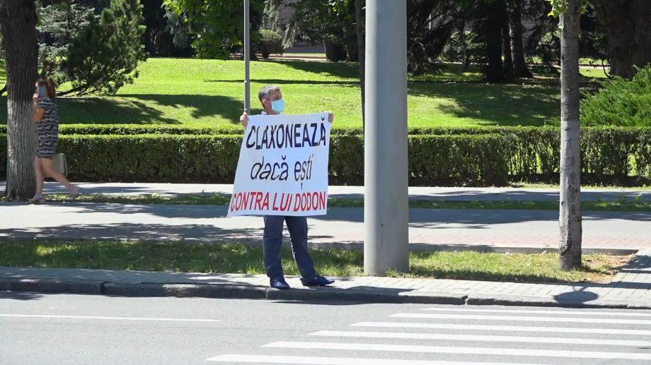 """(video) Partidul Nostru a organizat un flashmob în centrul Chișinăului. """"Claxonează dacă ești împotriva lui Dodon"""""""