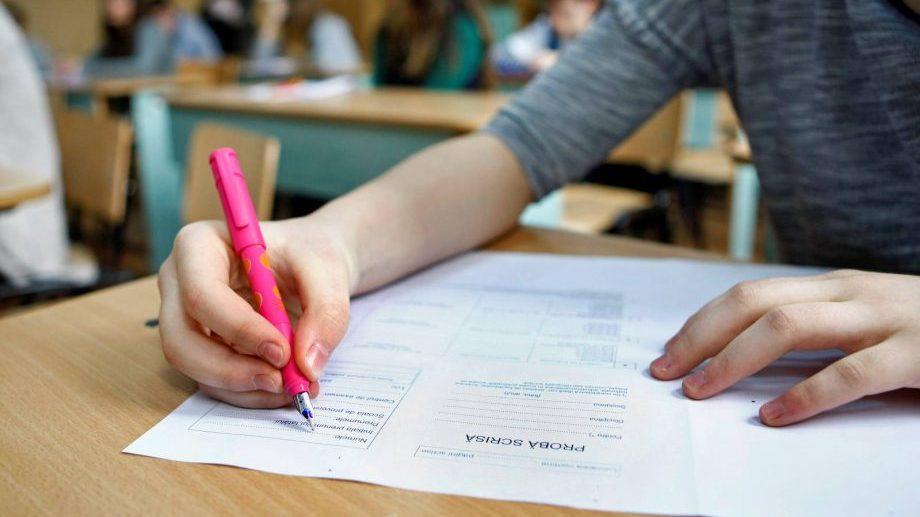 """O tânără din România și-a """"sacrificat"""" media de la BAC, menționând în eseul ei despre regresul sistemului educațional"""